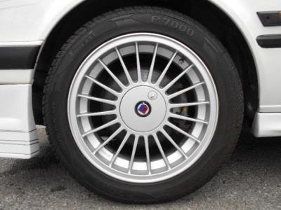 足廻りはTRG用ALPINAシャーシキットに換装され、機能美とも言える前後でリムの深さの異なるALPINAの16intホイールが更に輝いて見えます!!タイヤはフロント205/50ZR16、リア225/45ZR16!!
