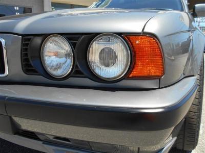 BMWといえばやっぱり丸目4灯ヘッドライトですよね。 クラシカルながら新しさを感じるこのフロントフェイスがE34の魅力です。
