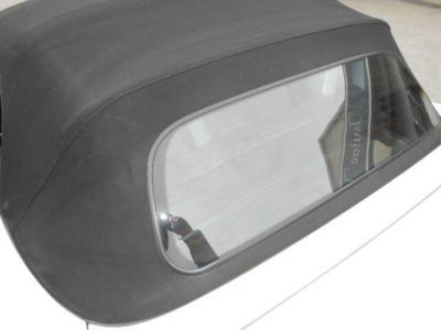 ソフトトップで気になるリアスクリーンは綺麗で、素材にはガラスが採用され熱線まで装備されています!!