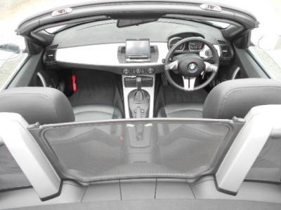 右ハンドル&黒革シート、低いシートポジションで人を包み込むように配置されたインテリア。黒を基調とした内装にアルミパネルがスポーティーさを演出しています。