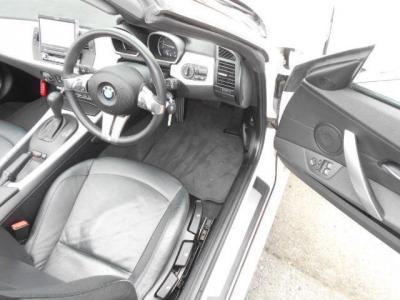 ローポジションで奥行きのある運転席。BMWの手動シートは、座面の高さを調整できるのでベストなドライビングポジションに調整しやすいですよ!! 電動シートより軽い事もセールスポイントですね。