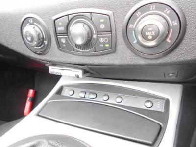 オートエアコンのスイッチ類はZ4のスマートなイメージを壊さないデザインになっています。 高速道路の必需品ETCもセンターコンソール下に綺麗にインストールされてますよ。