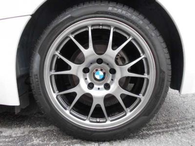 足元にはNEEZ社製EURO CROSS17インチを装着いたしました!軽量・強度・バランス・回転の良さはスポーティなZ4にピッタリだと思います!タイヤの溝もまだまだあります!