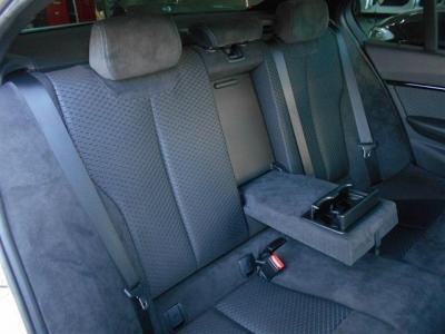 後席もしっかりと空間が確保され、拡張されたボディサイズの恩恵で先代よりも乗り降りし易くなっています。もちろん後席にも、エアコン吹き出し口とドリンクホルダーが装備されていますよ。