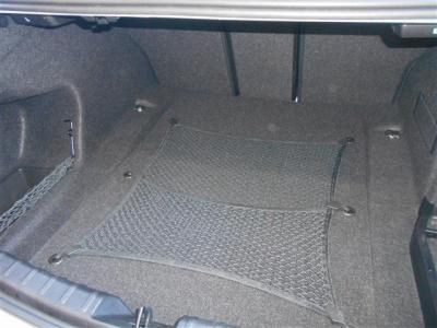 ラゲッジスペースとしては先代E90から比べ20L拡張480Lのトランク容量が確保され、後席を倒せばさらに多くの荷物を積むことができ、5シリーズに近い使いやすさになっています。