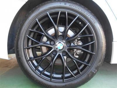 足元にはMパフォーマンスの18インチ ダブルスポーク・スタイリング405マット・ブラックが組み合わされ、白いボディーに黒いアルミホイールが映えます! タイヤの溝もまだまだ残っています。