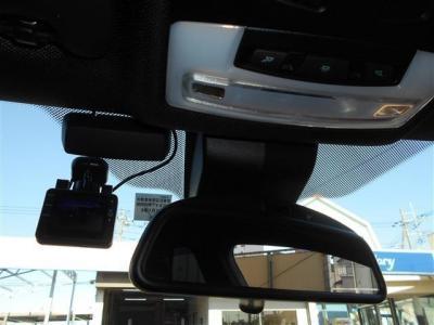 高速道路の必需品のETCはミラー内蔵型で純正ならではの一体感。インテリアの雰囲気を崩さずにスタイリッシュに収まっています。後付けオプションで人気のドライブレコーダーも付いていますよ。