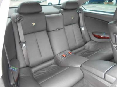 2ドア高級スポーツカーとしての後席も、アルピナエンブレムの入った質感の良いレザーシートで更に高級感を増しています。特別に守られた豪華空間でゆっくりとお寛ぎ下さい!