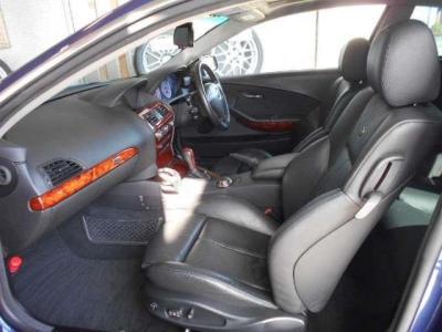運転席よりもさらに余裕のある助手席にも高級レザーの電動スポーツシートが装着され、前席は女性に嬉しいシートヒーター付き!!季節の変わり目で少し肌寒いときなど快適に過ごせますよ!!