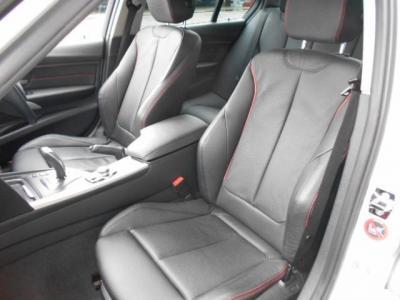 足元に余裕のある助手席にも同様のシートが装着され、前席には女性に嬉しいシートヒーターが装備されています。