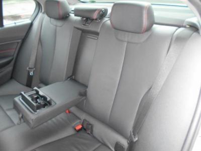 拡張されたボディサイズの恩恵を一番受けている後席は、前モデルよりもさらに広くなり5シリーズに近いくつろぎ空間が広がっています。