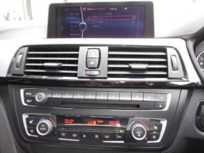 純正CD/DVDのシングルデッキに左右独立で温度調整可能なオートエアコン。iDriveにHDDナビ、地デジTVにミュージックサーバー機能も兼ね備えています。