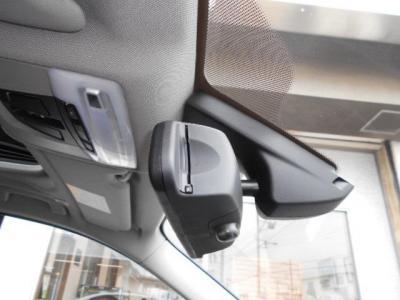 高速道路の必需品であるETCはミラー一体型の純正品で統一感もバッチリです。フロントガラスのセンサーはオートライト・オートワイパー用です。