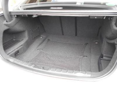 ラゲッジスペースとしては先代E90から比べ20L拡張480Lのトランク容量が確保され、後席を倒せばさらに多くの荷物を積むことができます。