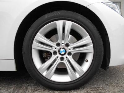足元には純正17インチのBMW LMホイール ダブルスポーク 392を装着。320iスポーツをよりスポーティーに演出してくれています。更にタイヤはミシュランPS3新品付きですよ!!