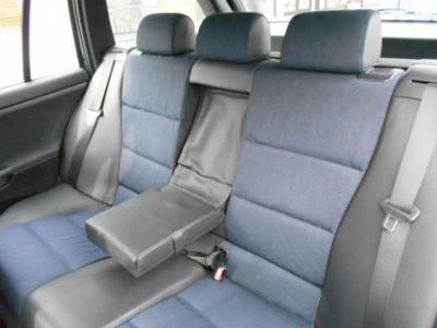 使用感の少ない後席は座り心地もよく、ヘッドクリアランスが十分確保されているので窮屈さは感じません。