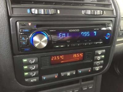 左右独立で温度調整可能なオートエアコン。センターコンソールにはケンウッドのCDデッキが装備されてます!!