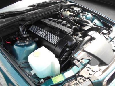 搭載される2.8L直列6気筒DOHCエンジンはアルピナ社によって排気量はそのままにノーマルよりも20ps以上アップされ、出力225ps/5700rpmを発揮します!!