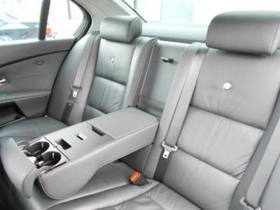 E60型5シリーズと同様に余裕の後席は、アルピナエンブレムの入った高級レザーシートで更に高級感を増しています。シートのヘタレや汚れはほぼ無く、新車時と変わらない程綺麗な状態です