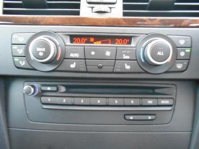 左右独立で温度調節可能なオートエアコンに、DVD再生可能な純正デッキを装備。純正デッキにCDを入れれば簡単操作でミュージックサーバーへ保存できます!!