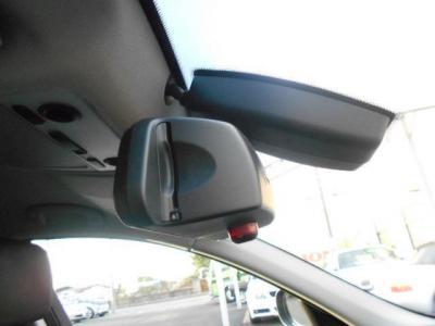 高速道路の必需品のETCはミラー一体型で純正ならではの一体感。フロントガラスにはレインセンサーが雨を感知してワイパーを自動でOn/Offしてくれます。
