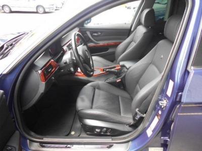 余裕のある運転席の本革スポーツシートはホールド性が高く、メモリー機能&ランバー調整機能付きパワーシートでロングドライブでも疲れません!