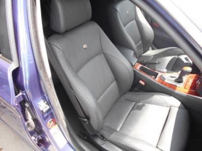 足元ゆったりの助手席もランバーサポート機能付きパワーシートで、前席は女性に嬉しいシートヒーター付き!助手席前には格納式のカップホルダーも付いてます!