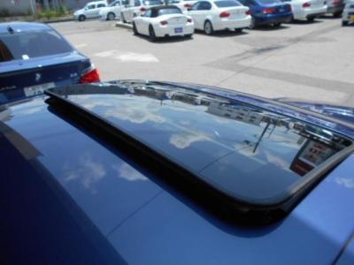チルト機能付きのガラスサンルーフを開ければ優しく日差しと風を車内に取り込んでくれます。この季節、潮風を感じながらのクルージングも格別ですよ!!