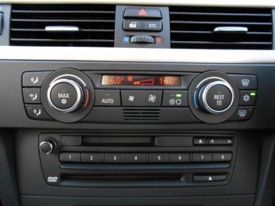 左右独立で温度調整可能なオートエアコンに自然な音質のCD/DVD・MD一体型純正デッキを装備。iDrive付きのBMWの純正デッキはデッキ上の数字ボタンでタッチ操作も行なえるんです!!