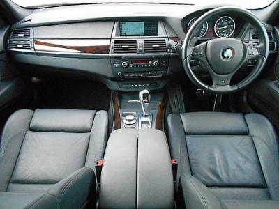 前席、後席ともに十分な広さで、ゆったりとくつろいで過ごせます。アクセルペダルとブレーキペダルはBMW純正オプションパーツのステンレスATペダルが装着されています!純正に戻す事も可能です。