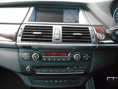 女性に嬉しい前席ヒートシーター装備やマックスエアコンも付いています。左右独立で温度調整可能なオートエアコンに自然な音質の純正デッキを装備。