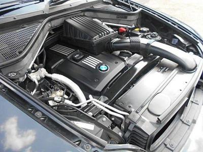 直列6気筒3.0Lエンジン、最大出力272ps/最大トルク32.1kg.m(カタログ値)、10・15モード燃費8km/L(カタログ値)ですが、数字には表れない程スムーズに加速し、安定感のある高速巡航は気持ち良いですよ!