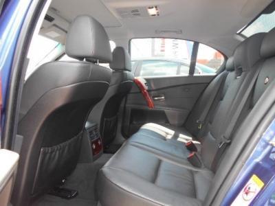ベース車の高級スポーツサルーンE60型5シリーズと同様に余裕の後席は、アルピナエンブレムの入った高級レザーシートで更に高級感を増しています。中央ひじ掛けを倒せばまさにビジネスクラスの快適空間!