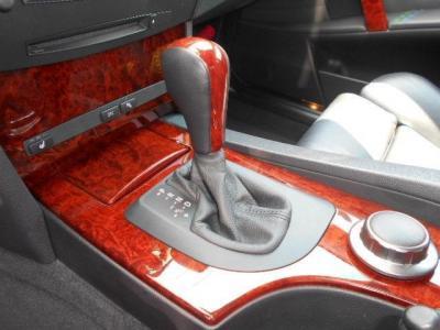 アルピナウッドのフロアシフトにはステップトロニック機能付きZF社製6AT。普段はDモードで力まずに運転、スポーツモードで本気と様々なドライブシーンに対応できるのもアルピナ!!