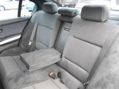 使用感も少ない後部座席は十分な空間が確保され後席用エアコン吹き出し口も装備されています。中央ひじ掛けを倒して二人掛けで使うも良し、3人掛けで使うも良しですね!! 後席用カップホルダーも付いてます!!