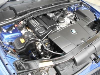 搭載されるN46B20Bの2.0L直列4気筒DOHCエンジンは最大出力156ps/6400rpm、最大トルク20.4kg・m/3600rpmを発揮。レスポンス良く回るBMWの4気筒エンジンの小気味のいい加速で駆け抜ける歓びを楽しめます。