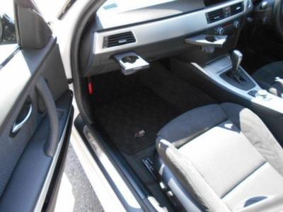 足元ゆったりの助手席スポーツシートにもパワーシート機能が装備され、無段階でリクライニング調整が行なえます。