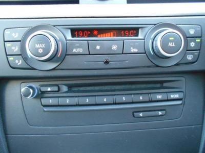 左右独立で温度調整可能なオートエアコン。純正CD/DVDデッキはAUX端子で携帯音楽プレーヤーと接続可能。