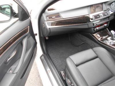 更に余裕のある助手席にも上質なナッパレザーのMスポーツ専用電動シートが装着され、前席にはシートヒーターも装備。