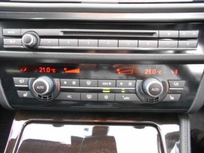 自然な音質の純正CD/DVDデッキに左右独立で温度調整可能なオートエアコンを装備。シートヒーターは3段階で温度調整できます。