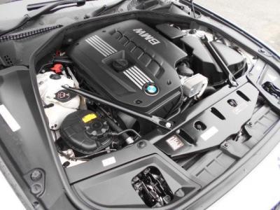 搭載される2.5L直列6気筒DOHCエンジンは、最大出力204ps/6300rpm、最大トルク25.5kg・m/2750-3000rpmを発揮。BMW伝統のストレートシックスのスムーズな加速を満喫できます。