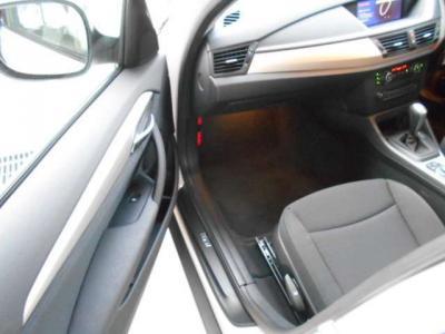 運転席よりも足元ゆったりの助手席はロングドライブでも快適。ドリンクホルダーもちゃんと付いてます。