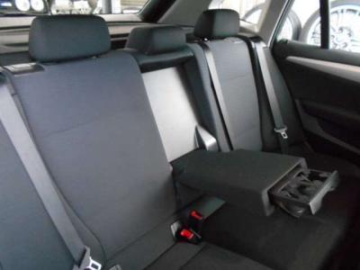 ヘッドクリアランスも大きく取られた後席は長時間座っていても窮屈さを感じさせない空間を確保。ひじ掛けには後席ようドリンクホルダーを装備。
