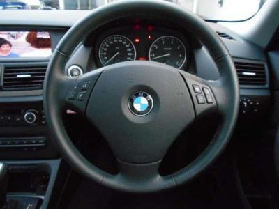 BMWらしい握り心地もよく扱いやすいステアリングにはマルチファンクションも付いてます。ハンドルから手を離さずオーディオ操作が行なえますよ!!