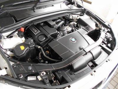搭載される2.0L直列4気筒DOHCエンジンは、最大出力150ps/6400rpm、最大トルク20.4kg・m/3600rpmを発揮。オンロード、オフロード様々なシーンでコンパクトSAVならではのレスポンシブな加速を楽しむことができます。