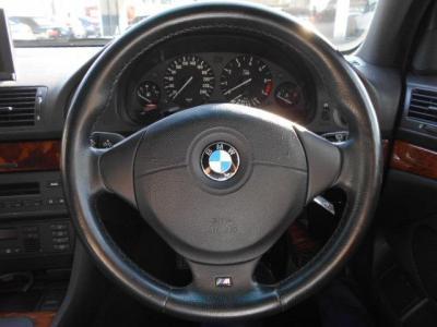 握り心地のよいMスポーツの本革ステアリング。この車格でも軽快なハンドリングが楽しめるのは流石BMWですね!!