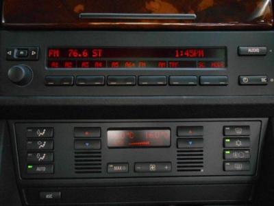 純正カセットデッキとCDチェンジャーを装備。FMトランスミッターでTVの音声を純正スピーカーで聞くことができます。オートエアコンは左右独立で温度調整可能!!