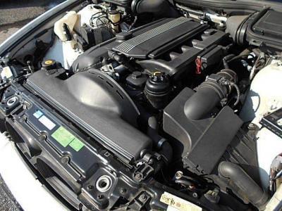 搭載される3.0L直列6気筒DOHC24Vエンジンは最大出力231ps/5900prm、最大トルク30.6kgm/3500rpmを発揮。BMW伝統のシルキーシックスのトルクフルでスムーズな加速を楽しめます。