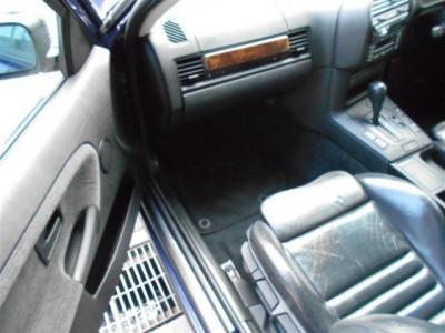 助手席もM3専用シートに換装されており、しっかりとナビゲーターの身体もサポートしてくれます。助手席にはSRSエアバックも装備!!