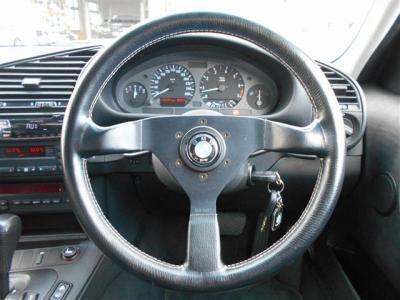 ステアリングは当時の定番とも言えるモモ社製ステアリングに換装、雰囲気もバッチリでこの車を運転する楽しさを倍増させてくれます。